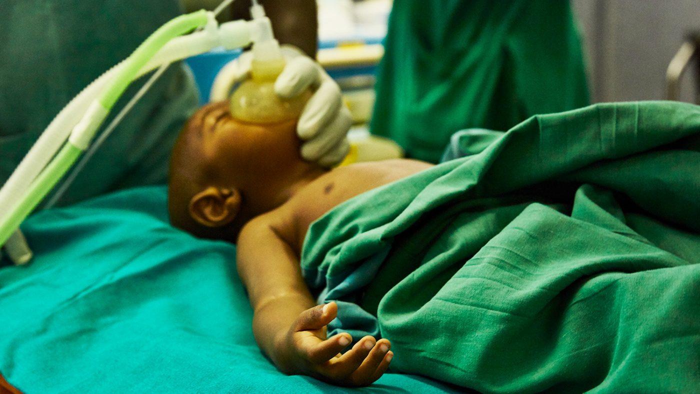 Unge Baraka er på operasjonsbordet.