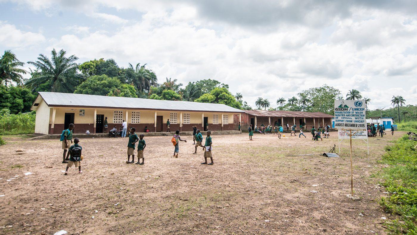Elever fra skolen leker ute.