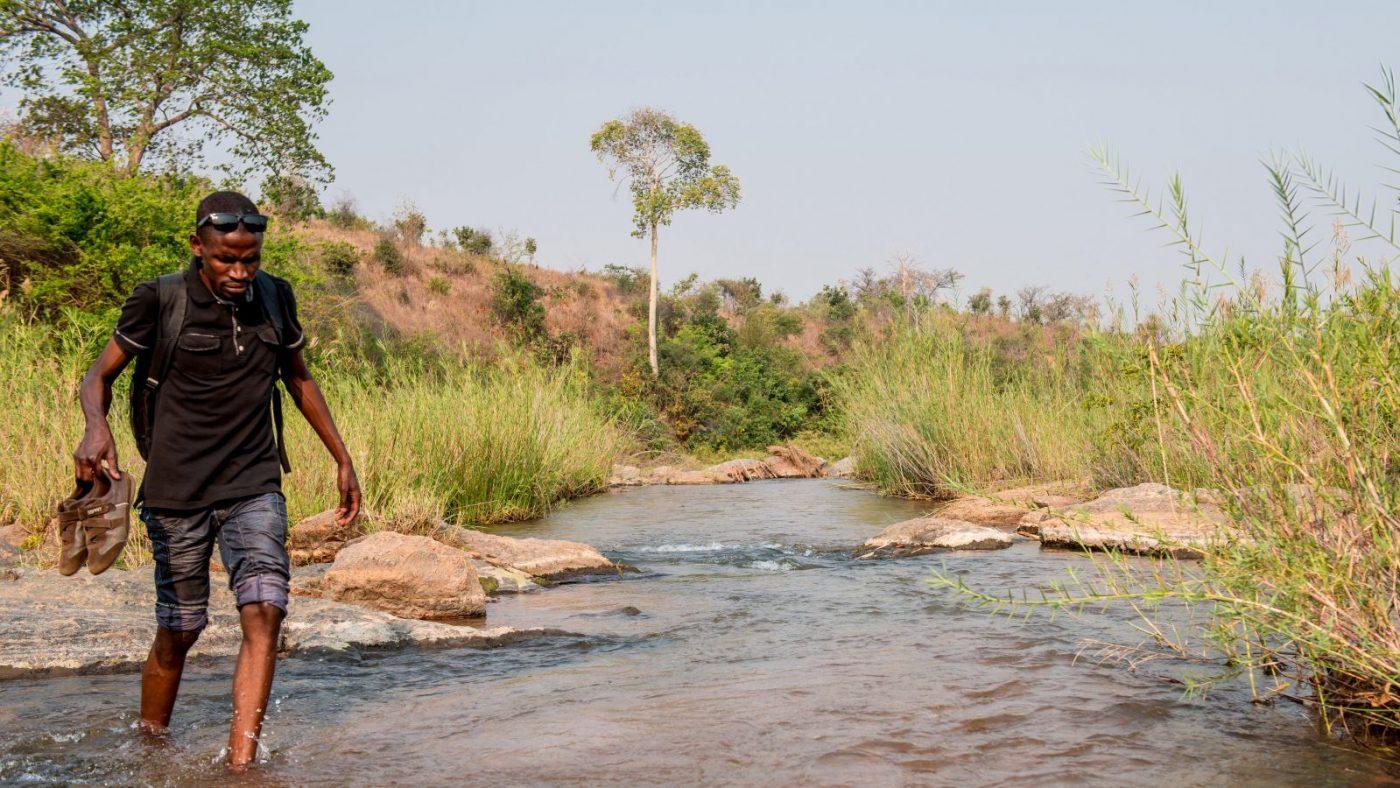 Madalitso Nyangulu går over en bekk.