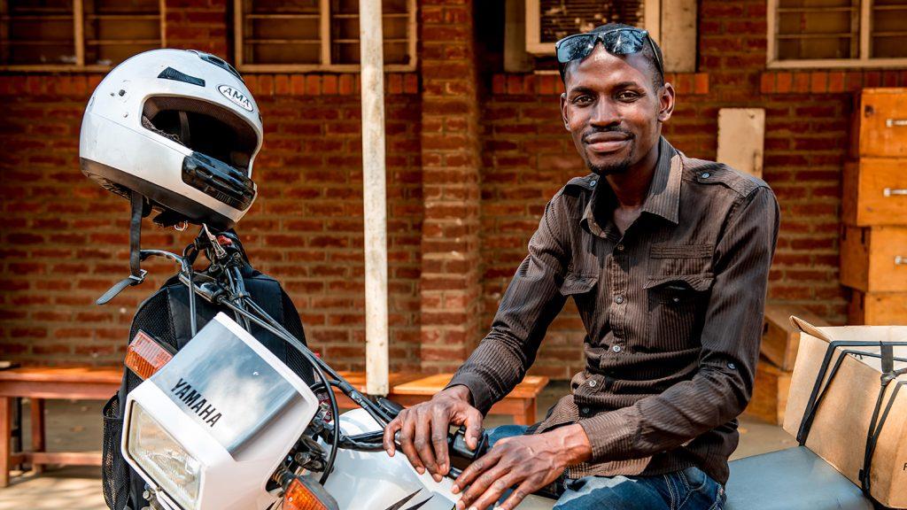 Madalitso Nyangulu sitter på motorsykkelen sin.
