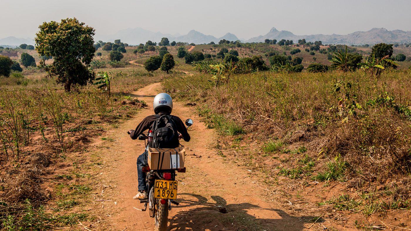 Madalitso Nyangulu kjører en motorsykkel.