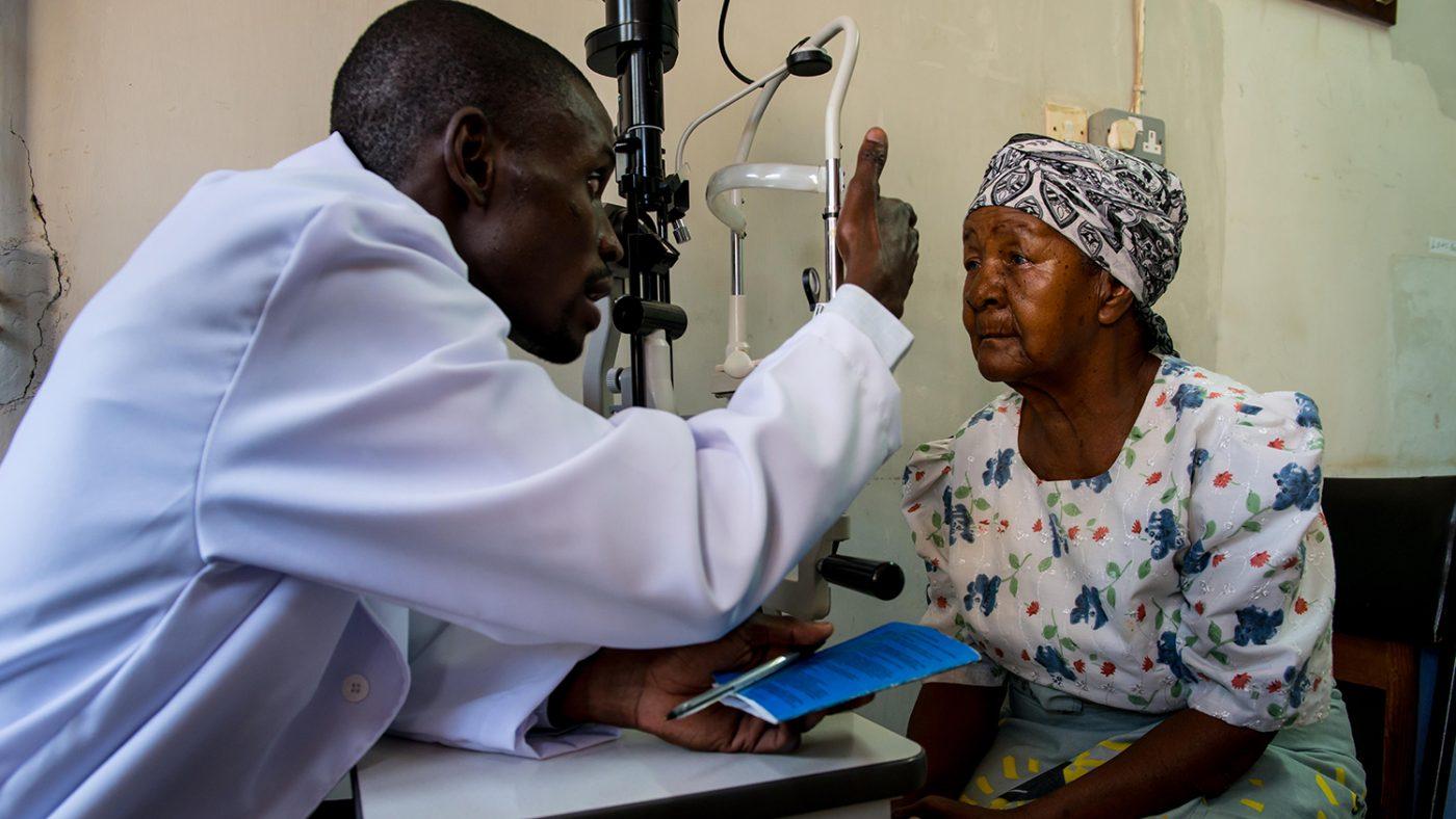 Madalitso Nyangulu undersøker øynene til en kvinne.