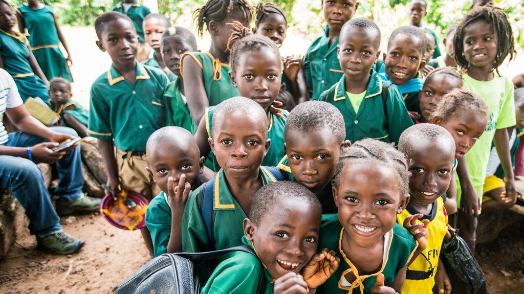 Barn ved en inkluderende skole i Sierra Leone.
