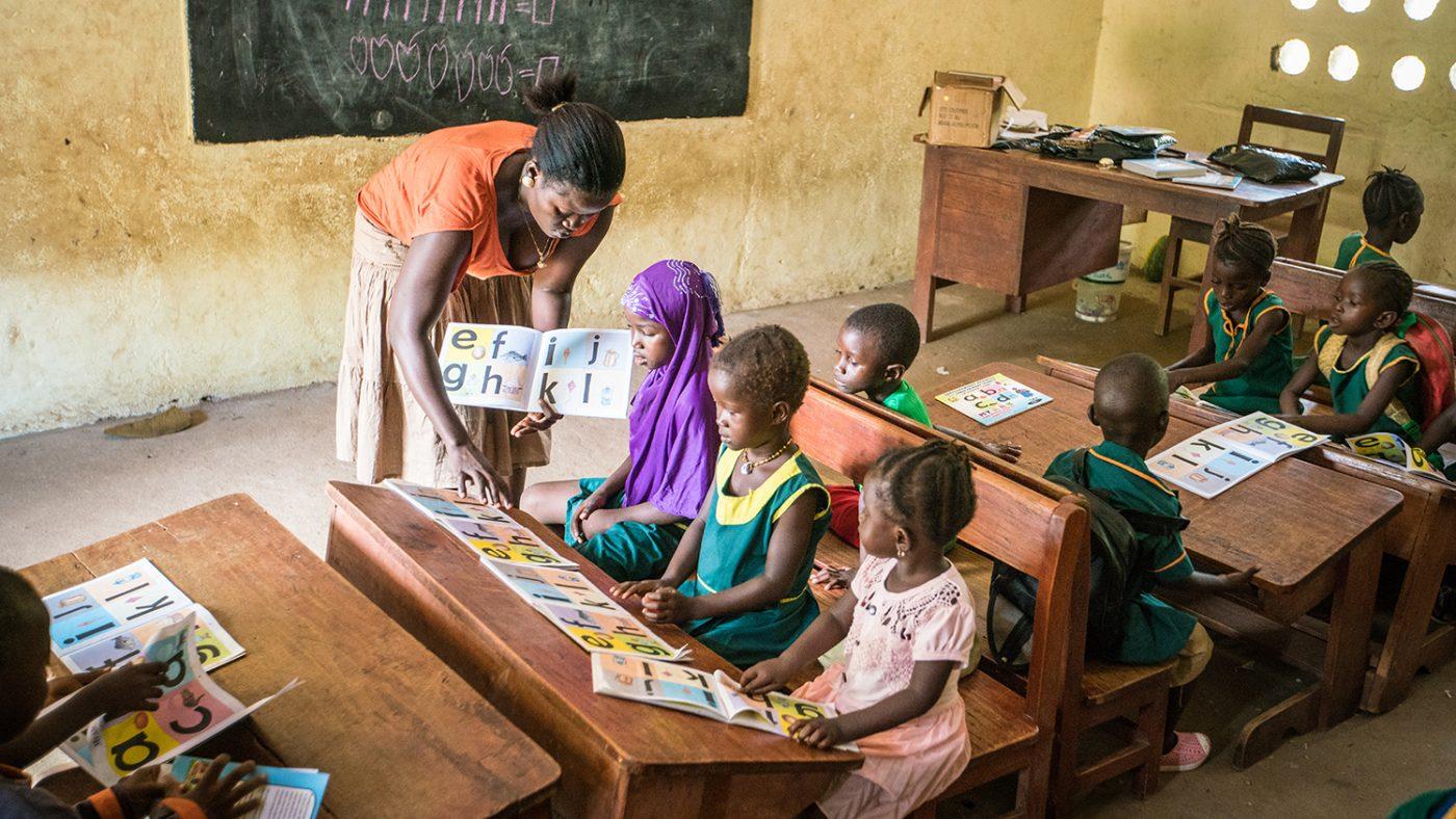 Læreren Hassanatu hjelper barn i Sierra Leone.