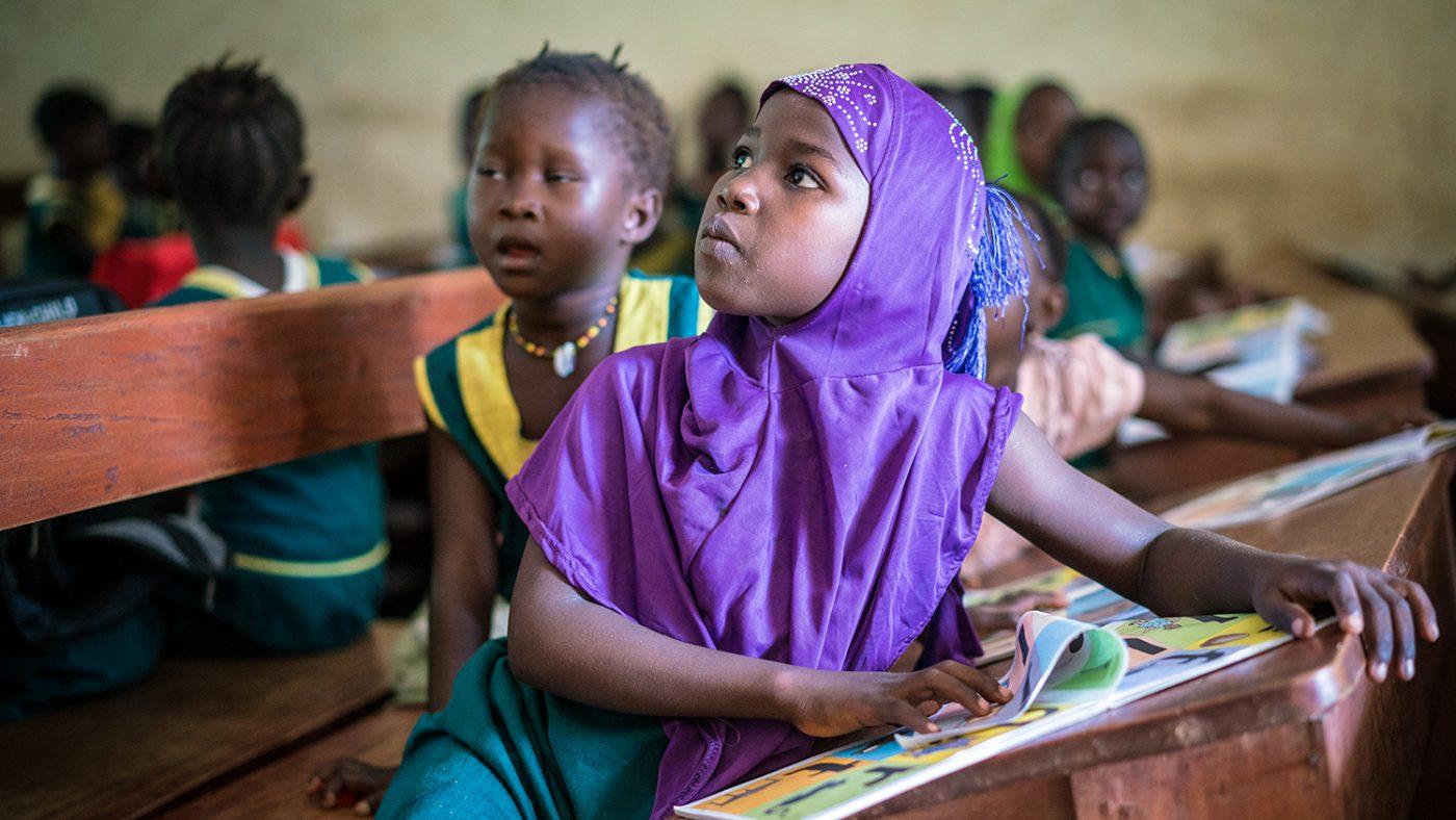 Eleven Hassanatu hører nøye etter i klasserommet.