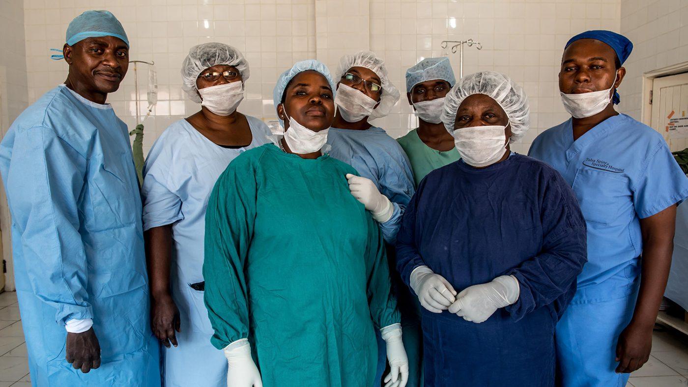 Det medisinske teamet poserer for kamera i uniformene sine.