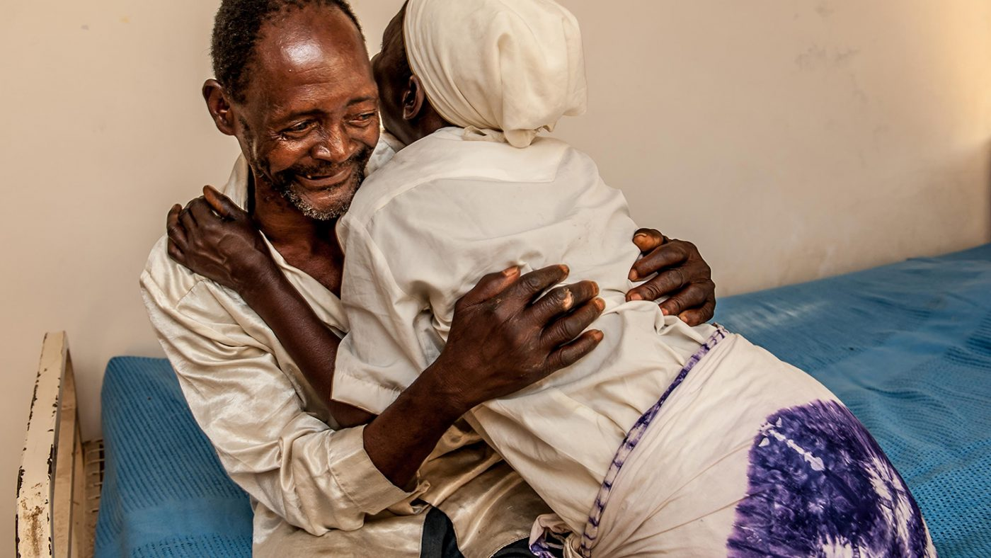 Winesi og kona klemmer hverandre etter operasjonen.