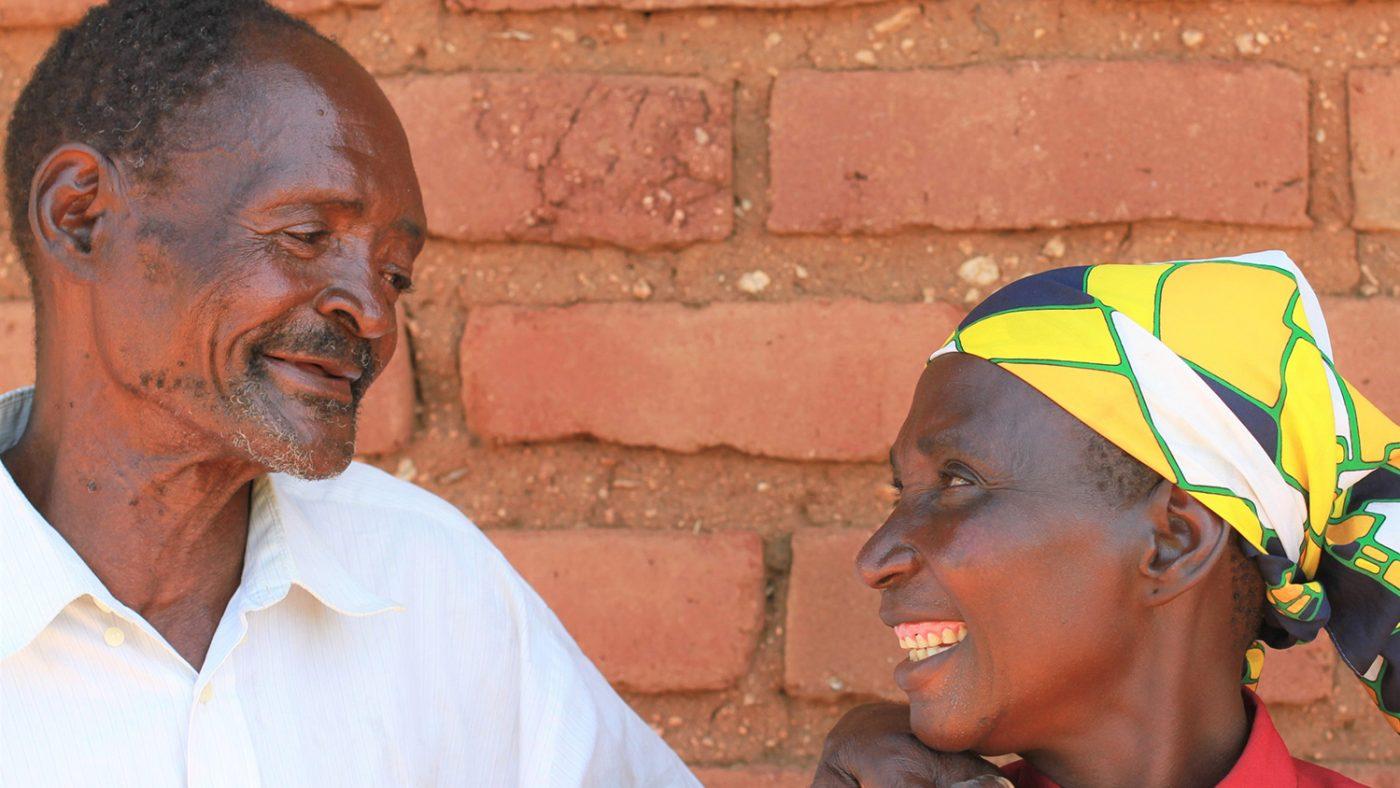 Winesi og kona smiler til hverandre.