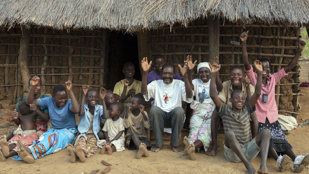 Winesi og familien jubler utenfor et hus.