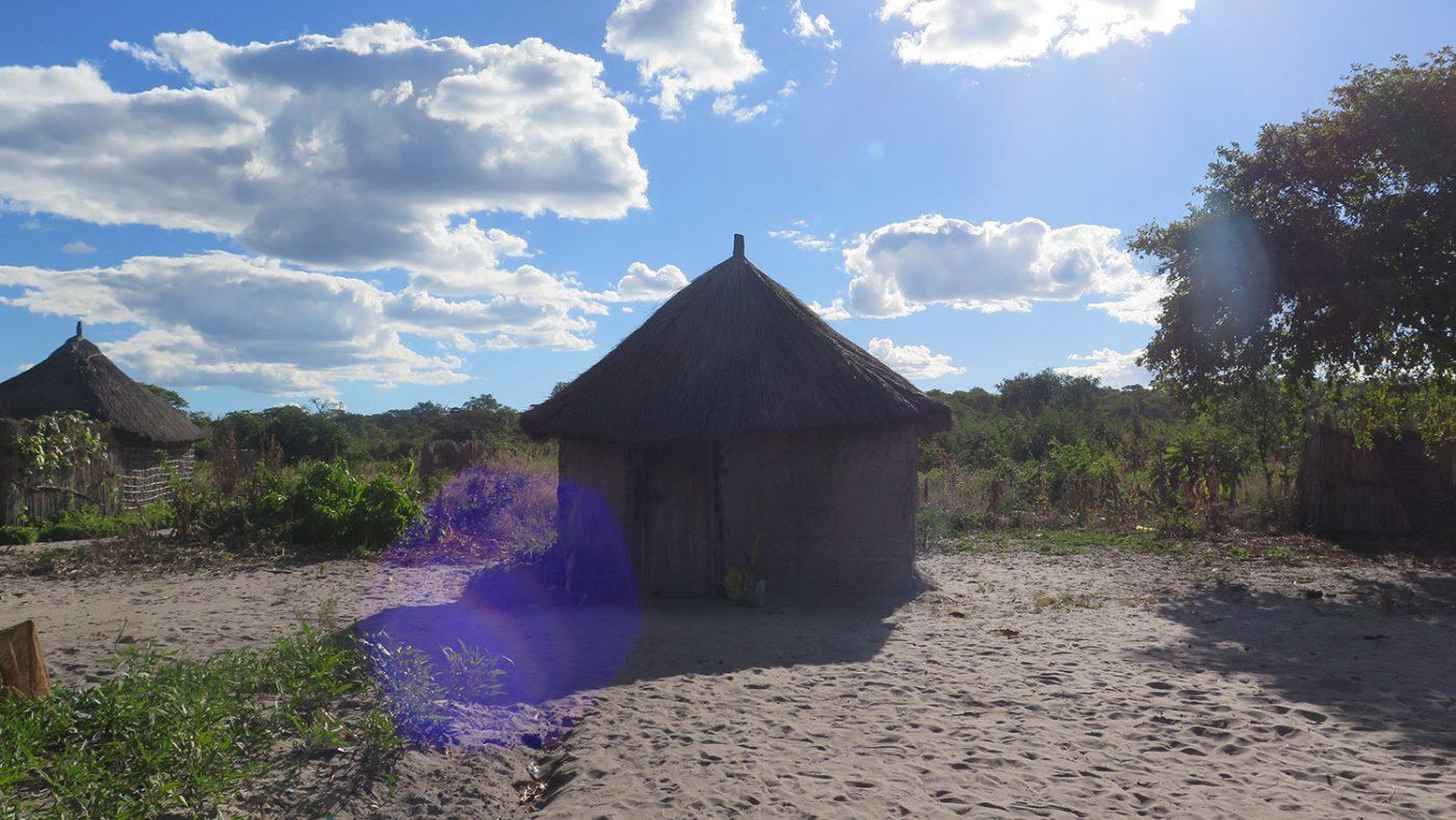 De støvete omgivelsene rundt en hytte i Zambia.
