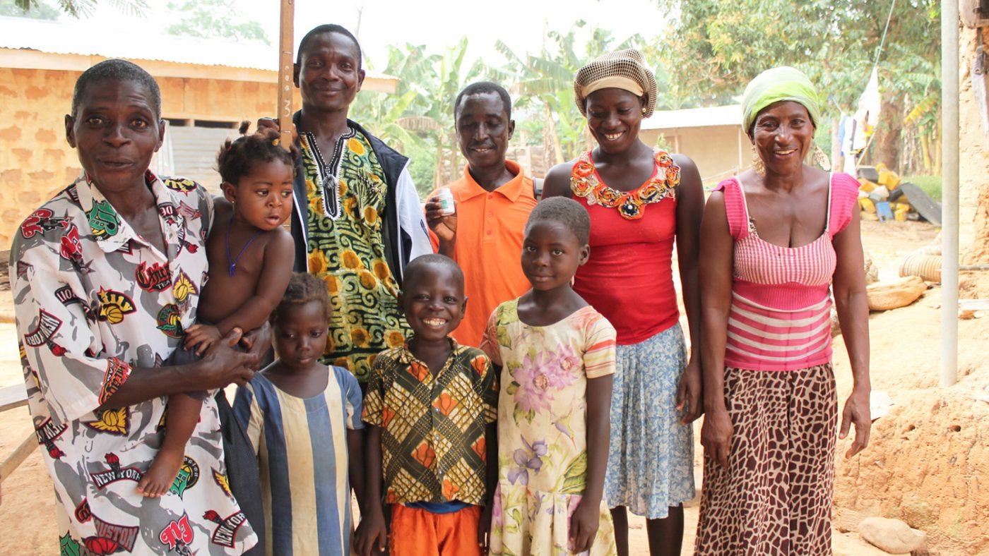 Kwaku Anim sammen med familien sin i Ashanti, Ghana.
