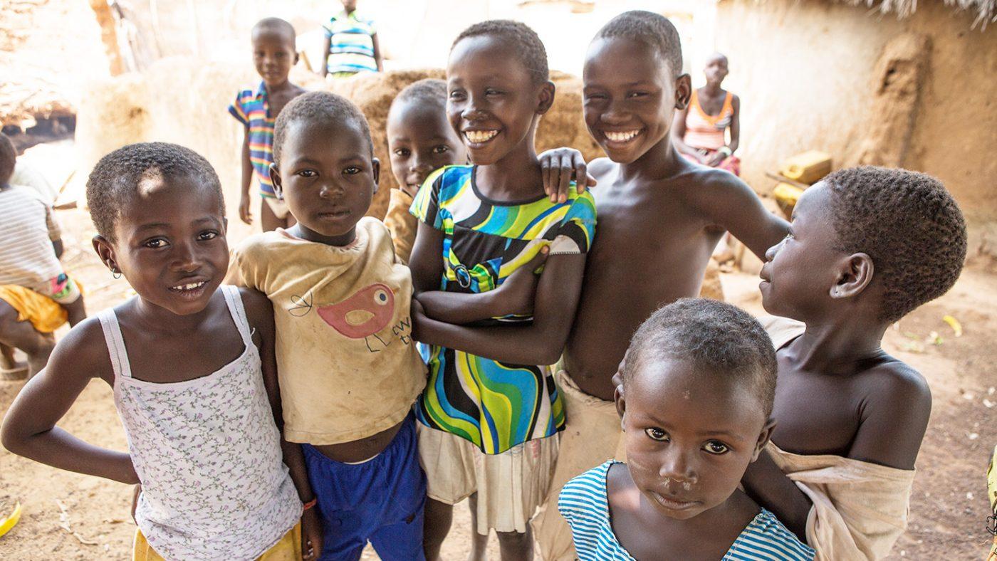 Barn smiler til kamera etter den siste kampanjen for trakombehandling i Yendi, Nord-Ghana.