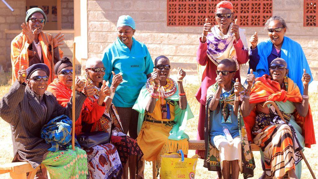 En gruppe pasienter i Kenya smiler og ler etter de har gjennomgått grå stær-operasjoner.
