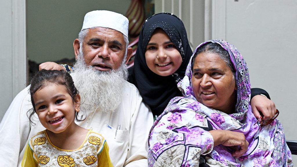 Naheed, Mahmoud og barnebarna deres smiler.