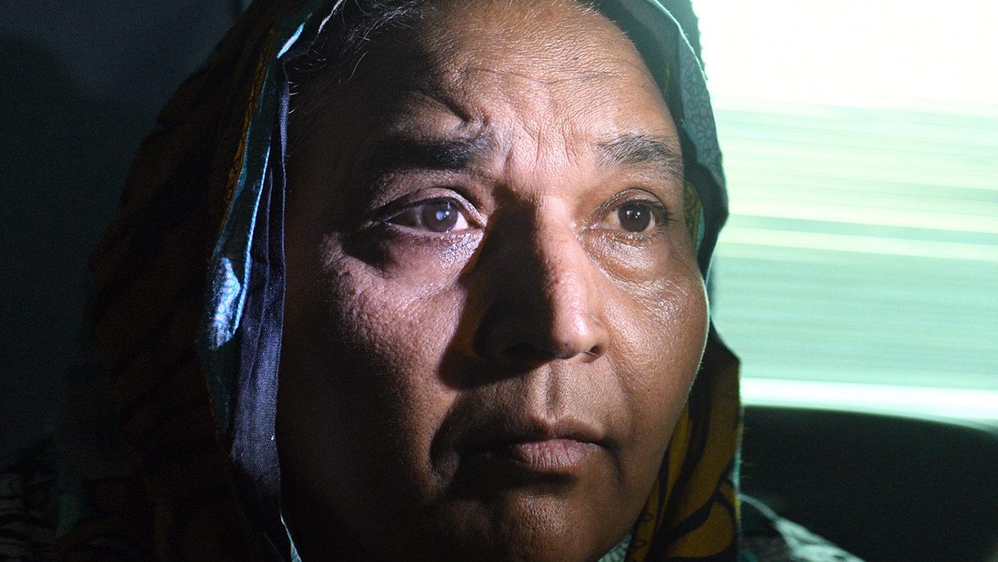 Et nærbilde av Naheeds ansikt, som tydelig viser at hun har grå stær.