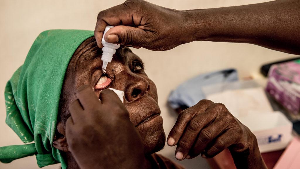 Den klinisk oftalmologi-offiseren Olga drypper øyedråper i Rhoda Dissis øyne.