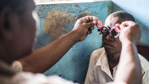 16 år gamle Mohammed fra Zanzibar måles for briller.