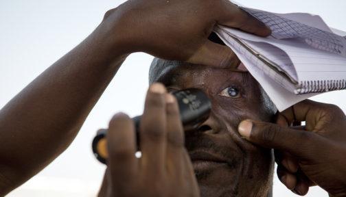 En mann får øynene undersøkt for grå stær i Ghana.