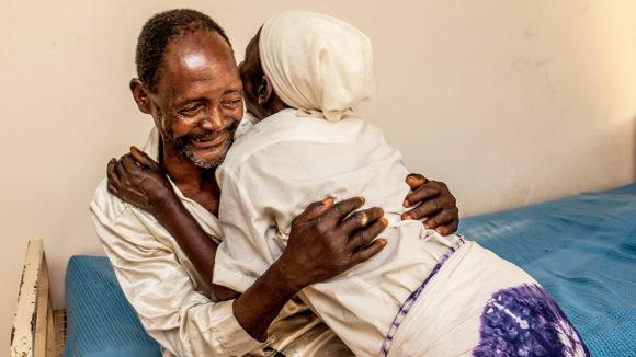 Winesi March og kona omfavner hverandre i glede av at synet hans er gjenopprettet.
