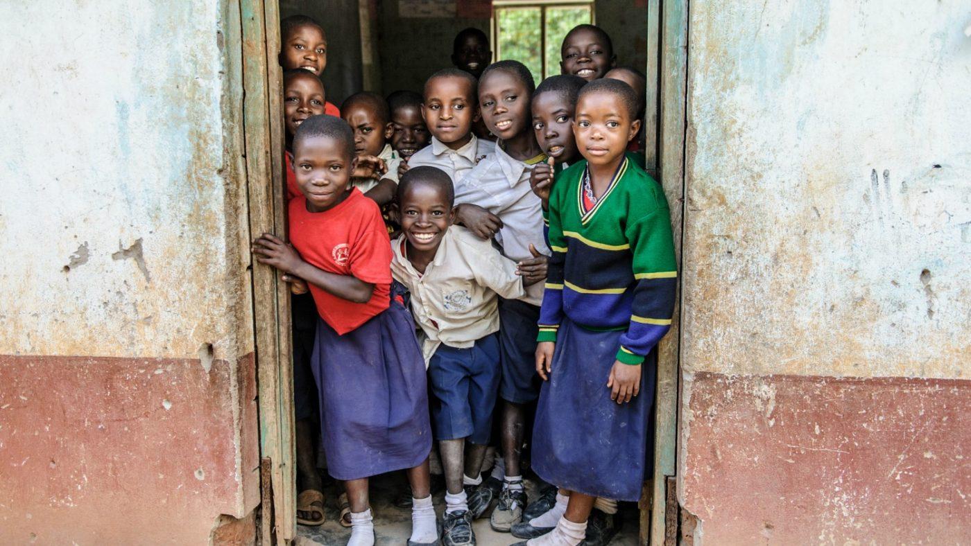 Skolebarn på barneskolen Nandenje ser ut fra klasserommet sitt.