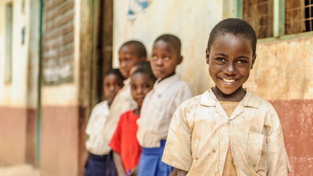 Zuhara fra Tanzania står utenfor barneskolen sin