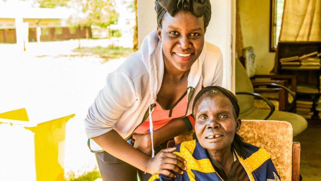 Gladys sammen med Loumo Mariam, en av grå stær-pasientene hennes.