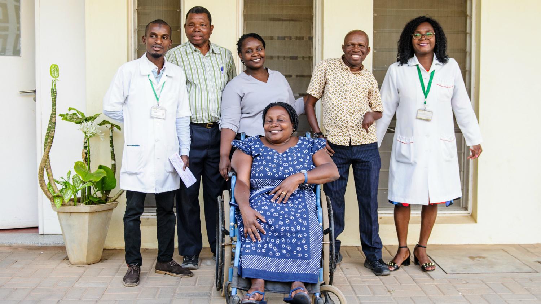 Camilo Morreira (andre fra høyre) sammen med teamet fra Sightsavers' inkluderende øyehelseprosjekt i Nampula, Mosambik.