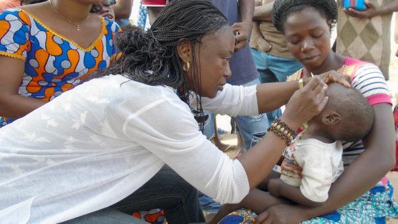 Et barn i Elfenbenskysten får øynene undersøkt for tegn på trakom.