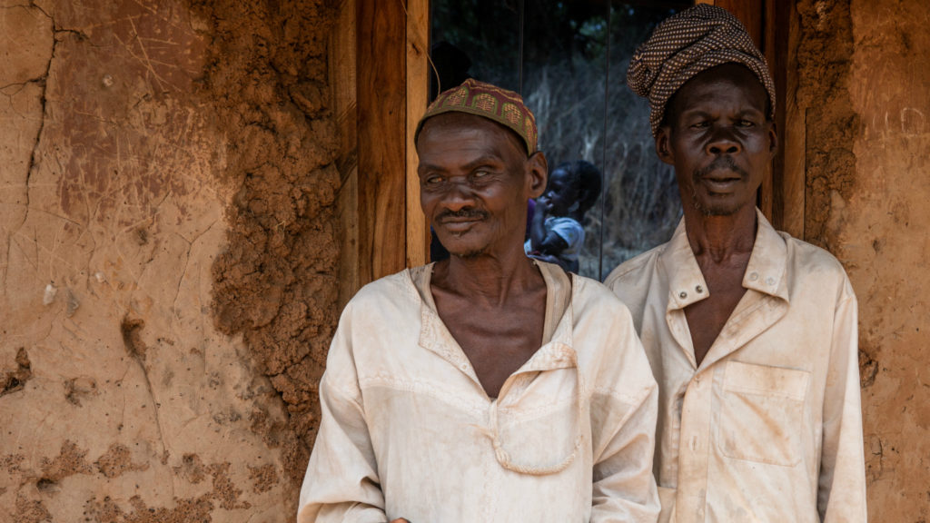 Brødrene Mamodu og Yeremore står utenfor hjemmet deres i Asubende.