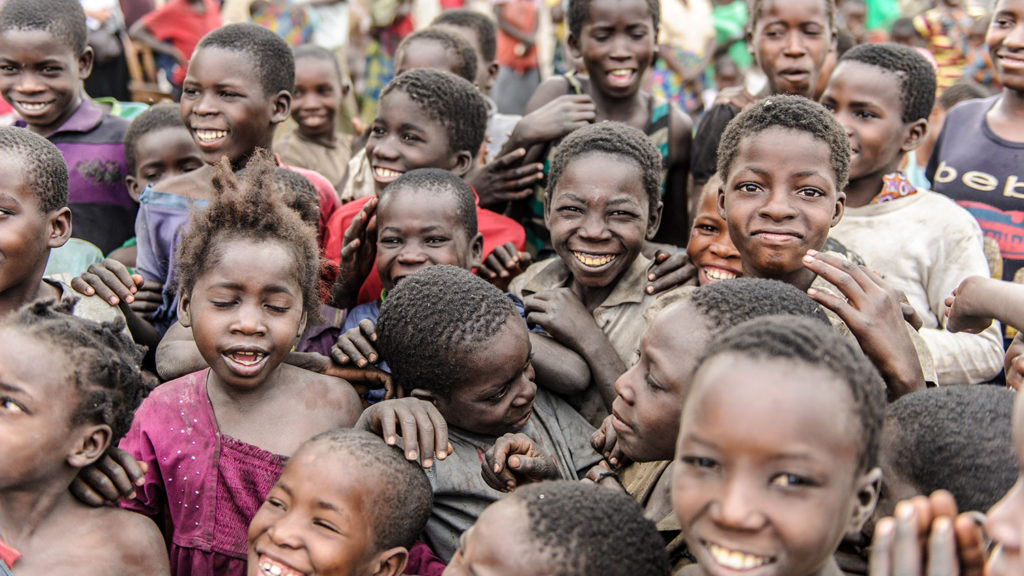 Barn i en landsby i Zambia.