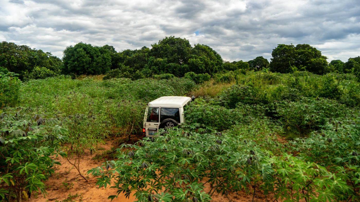 En bil kjører gjennom krevende terreng for å nå landsbyer som ligger i øde områder i Nampula, Mosambik.