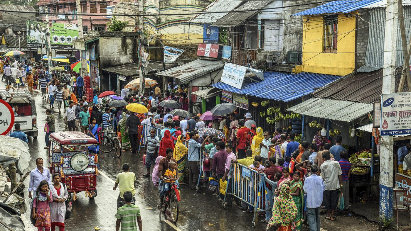 En folkemengde i en travel gate.