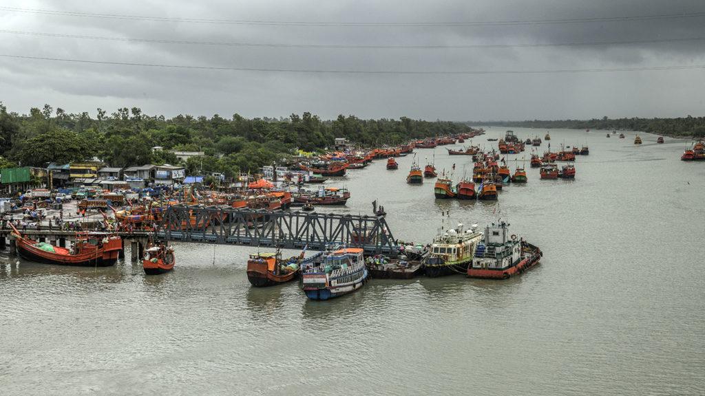 Båter ved en havn.