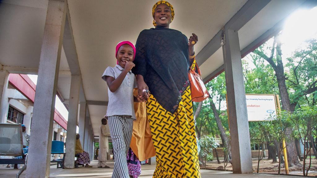 Khadijah og moren forlater sykehuset.