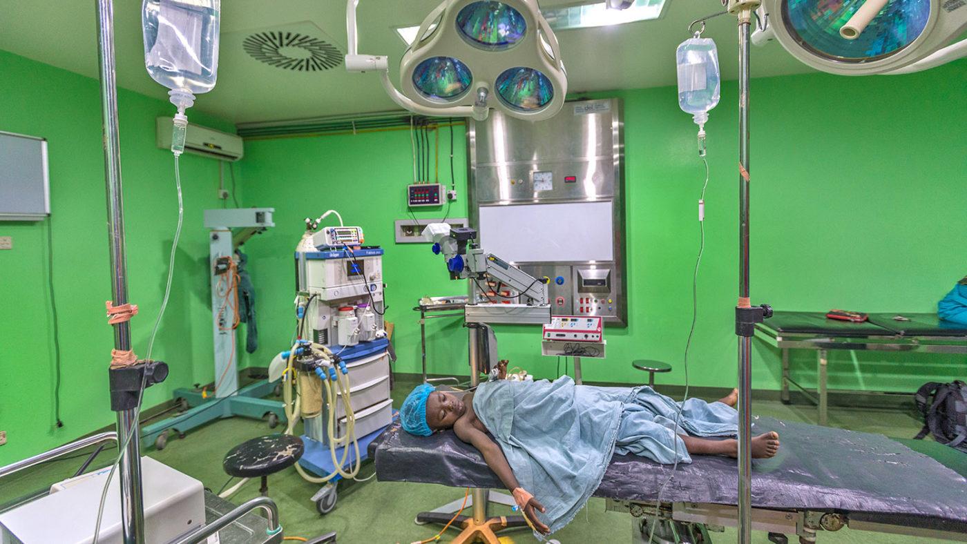 Khadijah ligger i operasjonssalen før operasjonen.