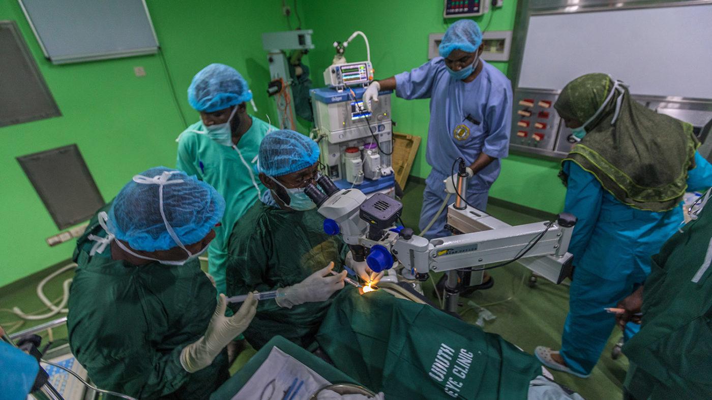 En gruppe medisinsk personell omringer Khadijah under operasjonen.