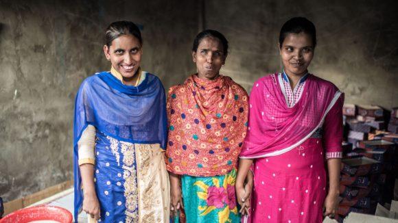Juthika, Hanufa og Ranu, som alle har synshemninger, fotografert i verkstedet sitt i Narsingdhi, Bangladesh.