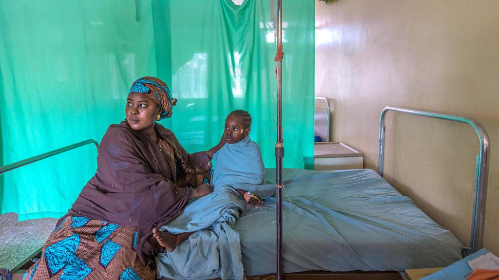 Shafa og Khadijah venter på en sykeseng før operasjonen.