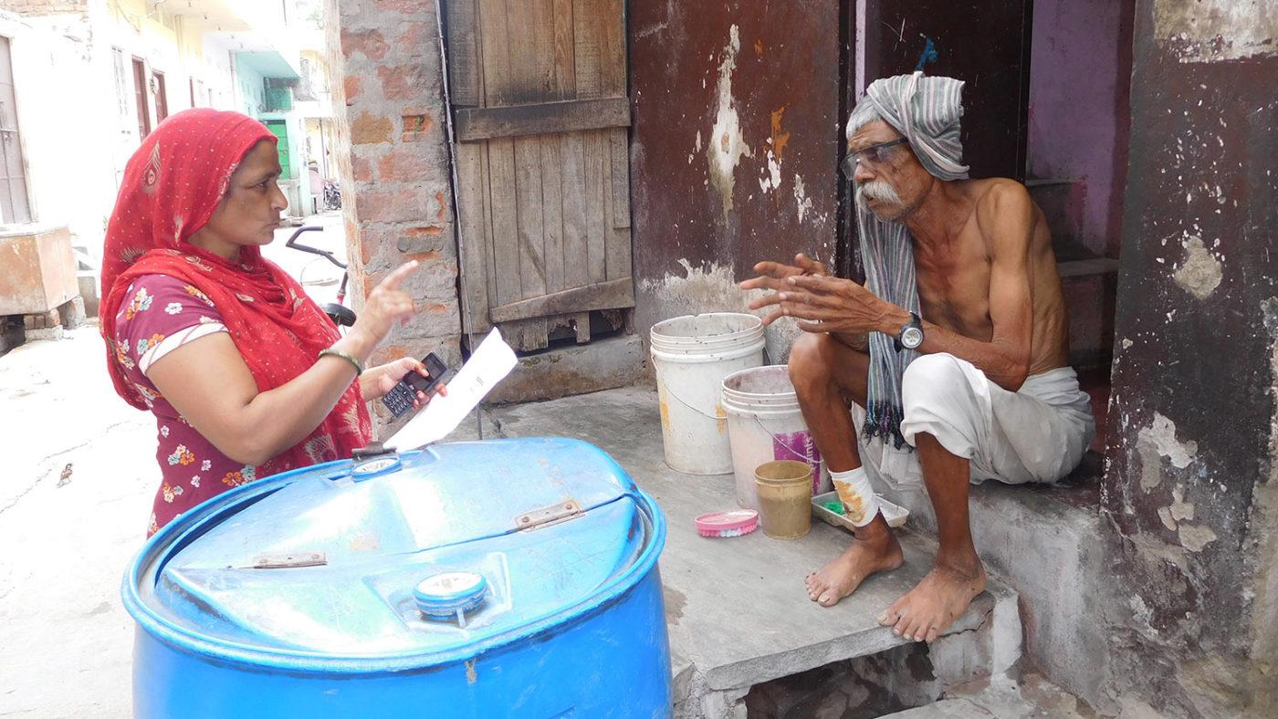 En mann snakker med en helsearbeider.