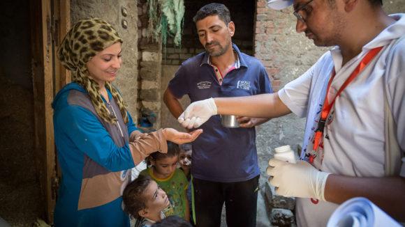 Lokale helsearbeidere i Menia-regionen distribuerte antibiotikumet.