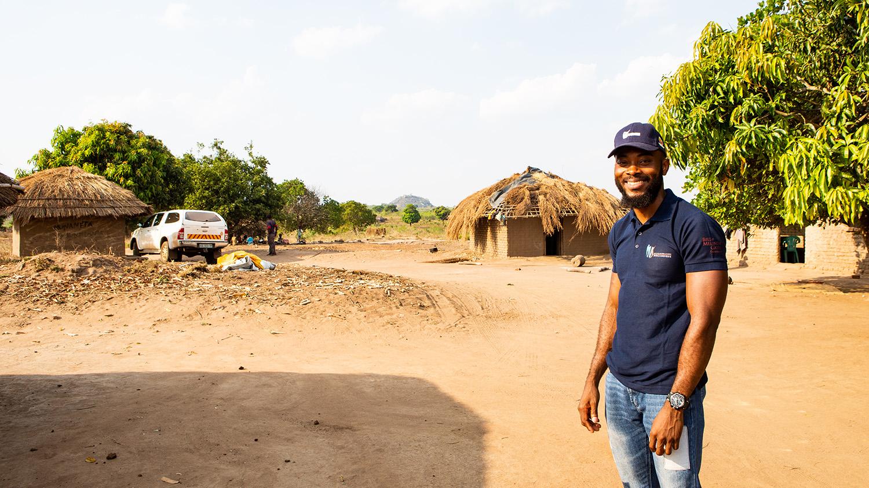 Clécio smiler etter han har fullført en dag med undersøkelser for kartleggingsprosjektet for eliminering av elveblindhet.