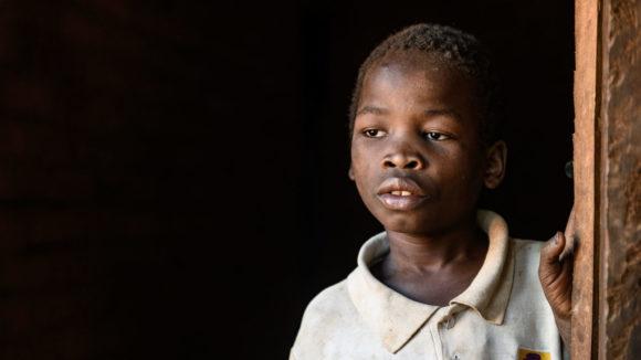 En gutt ser trist ut. Han ser ut.