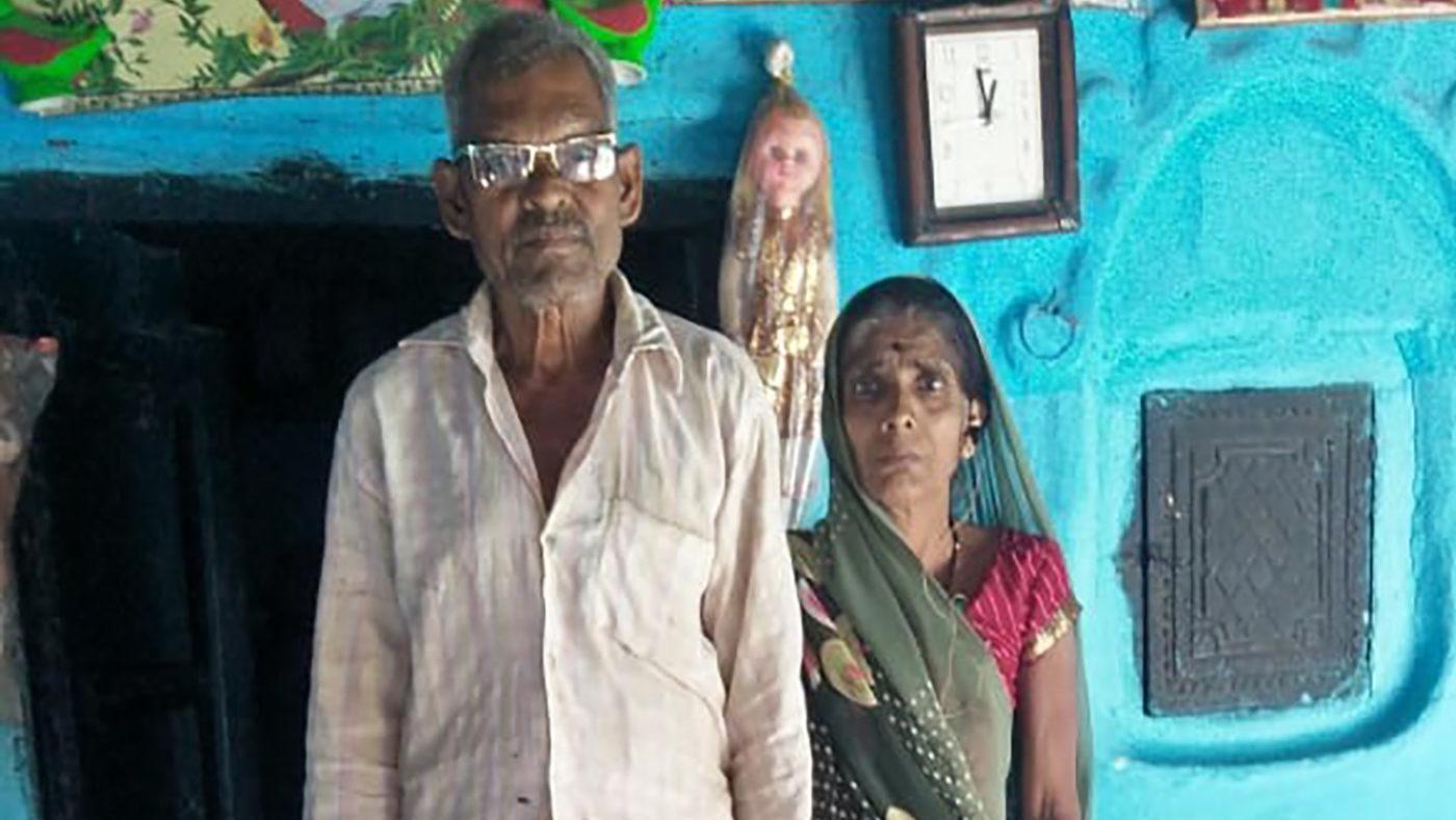 Biharilal med kona etter operasjonen.