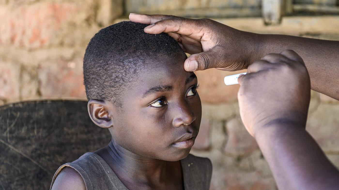 Her får Mary øynene sine undersøkt av en øyespesialist støttet av Sightsavers.