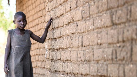 Mary holder i vegger når hun beveger seg i landsby.