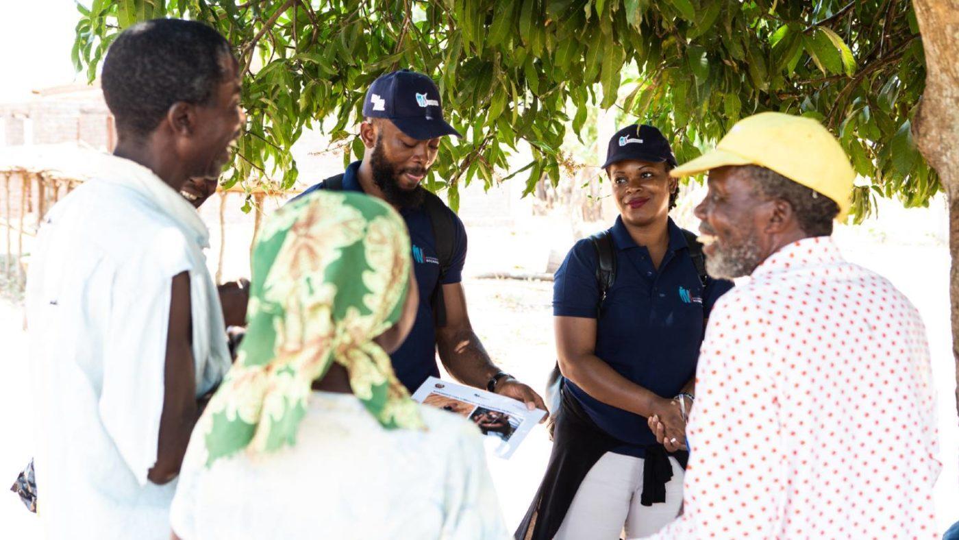 Teamet som kartlegger elveblindhet i Mosambik forklarer lokalbefolkningen om undersøkelsene.