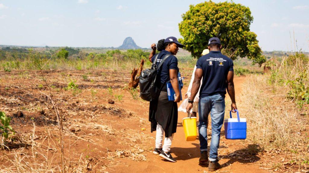 Clécio og Silvia går gjennom en landsby i Mosambik.