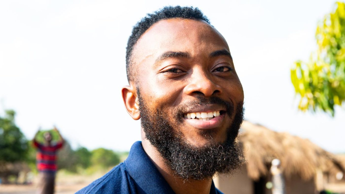 En mann lar seg fotografere etter å ha fullført undersøkelsen som kartlegger elveblindhet i Mosambik.