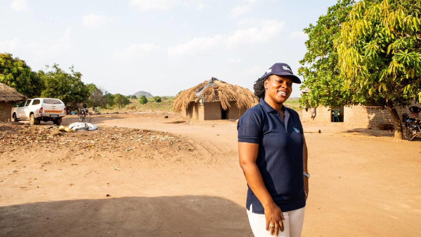 En kvinne lar seg avbilde etter å ha fullført undersøkelsen som kartlegger elveblindhet i Mosambik.