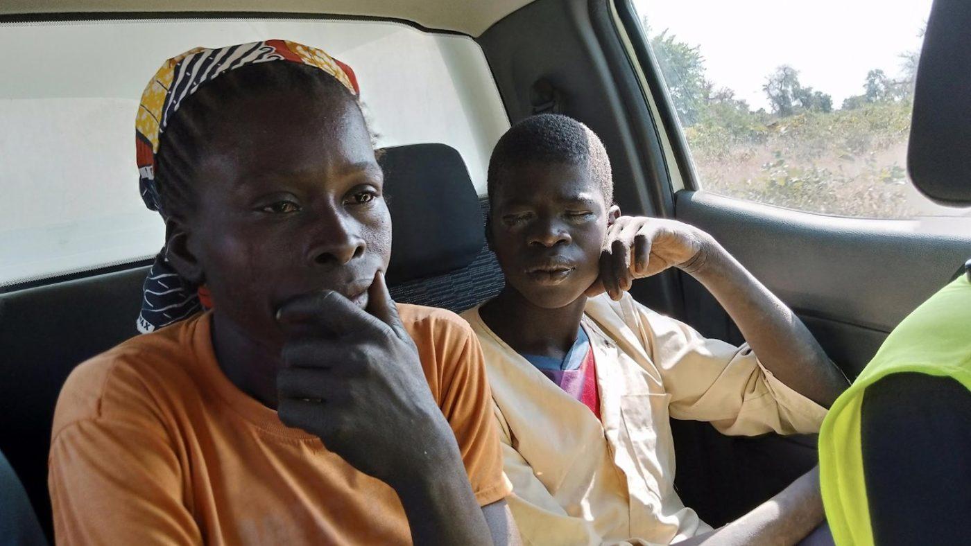 Gamangassou med sin bekymrede mor på vei til sykehuset.